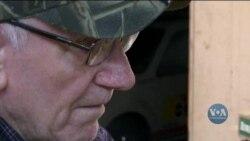 80-річний ветеран вже п'ятдесяте Різдво підряд вирізає малозабезпеченим дітям у США іграшки. Відео