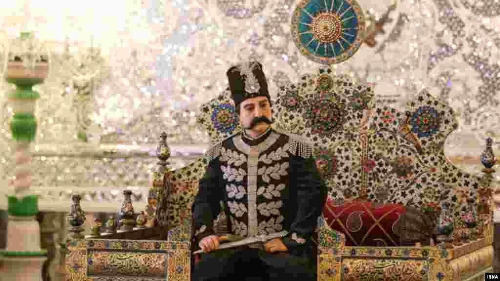 یک مجسمه از ناصر الدین شاه که بر روی تخت طاووس در کاخ گلستان نشسته است. این کاخ ۴۴۰ سال قدمت دارد. عکس: عبدالواحد میرزازاده، ایسنا