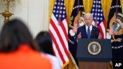 ប្រធានាធិបតីសហរដ្ឋអាមេរិកលោក Joe Biden ថ្លែងនៅក្នុងសន្និសីទសារព័ត៌មានមួយ នៅសេតវិមាន កាលពីថ្ងៃទី ២៥ ខែមីនា ឆ្នាំ ២០២១។