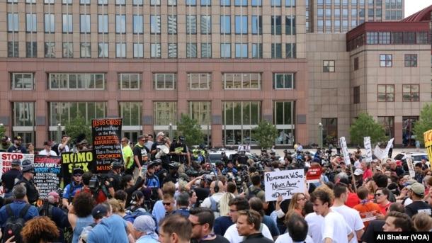 Người biểu tình tụ tập trên đường phố Cleveland, 18/7/2016.