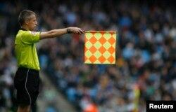 영국 프리미엄리그 프로 축구 경기에서 심판이 오프사이드 깃발을 들어올렸다.
