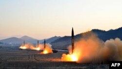 朝鲜官方媒体朝中社3月7日发布的时间不详的照片,显示朝鲜军队在一个没有透露的地点发射四枚弹道导弹的情景。