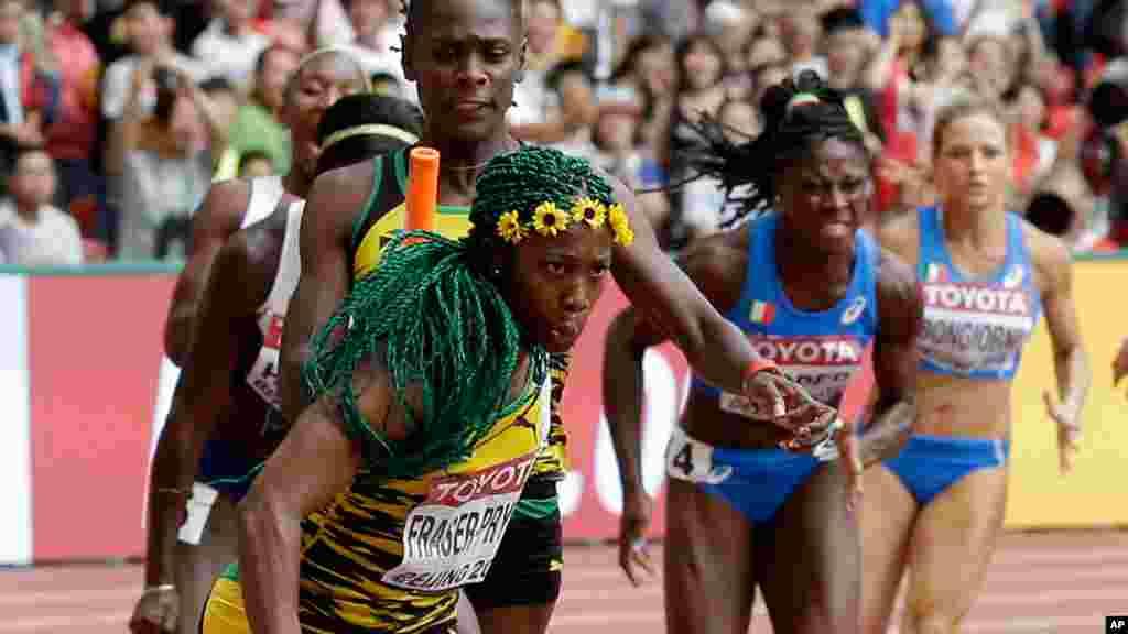 Shelly-Ann Fraser wa Jamaica akipokea kijiti kumaliza mbio za 4x100