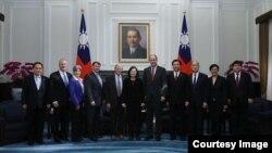 차이잉원 타이완 총통이 지난 21일 타이베이에서 제임스 인호프 상원의원을 단장으로 하는 미국 의회 대표단을 면담했다.
