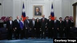 """台湾总统蔡英文在总统府会见到访的美国参议院""""台湾连线""""共同主席殷霍夫等美国国会议员(2018年2月21日,台湾总统府照片)"""