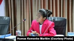 """Maria Lengariatau Osin saat menjabat """"Satu Hari Menjadi Menko Bidang Kemaritiman"""", 11 Oktober 2018. (Foto: Humas Kemenko Maritim)."""