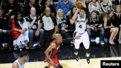 San Antonio Spurs guard Danny Green (4) shoots a three point basket in the fourth quarter against the Miami Heat in game one of the 2014 NBA Finals at AT&T Center in San Antonio, Texas, Jun 5, 2014. (USA TODAY Sports)