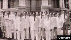 Nội các Hoàng thân Bửu Lộc, tháng giêng 1954 tại dinh Gia Long, Sài Gòn. Từ trái sang phải, nhận diện như một hàng, người thứ 4 là Hoàng thân Bửu Lộc ; người thứ 8 là Bảo Đại.