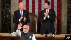 ໃນວັນທີ 8 ມິຖຸນາ 2016, ອະດີດຮອງປະທານາທິບໍດີ Joe Biden ແລະອະດີດປະທານສະພາຕໍ່າ Paul Ryan ຈາກລັດວິສຄອນຊິນຕົບມືສັນລະເສີນທ່ານ Narendra Modi, ນາຍົກລັດຖະມົນຕີອິນເດຍໃນຂະນະທີ່ທ່ານກ່າວຄໍາປາໄສໃນກອງປະຊຸມຮ່ວມຢູ່ຫໍລັດຖະສະພາສະຫະລັດໃນນະຄອນຫລວງວໍຊິງຕັນ