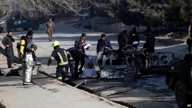 Para petugas keamanan Afghan memeriksa lokasi serangan bom bid Kabul, Afghanistan, 10 Januari 2021. Sebuah bom yang dipasang di pinggir jalan mengenai bus yang membawa pegawai dari universitas di Afghanistan Utara pada Sabtu, 29 Mei 2021.