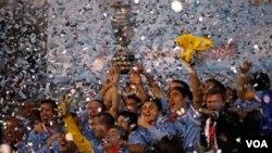 Uruguay celebra la copa décimo quinta en su hostoria, siendo así los máximos campeones de Copa América.