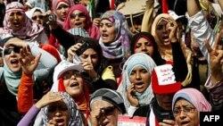 Kahire'nin Tahrir Meydanında gösteri yapan Mısırlı kadınlar