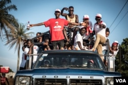 Supporters of the ruling All Congress Party ride a truck during a rally in Port Loko, Sierra Leone, March 3, 2018 (J. Patinkin/VOA)