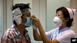 2015年8月14日天津医院中医护人员对爆炸中轻伤人员进行紧急处理。