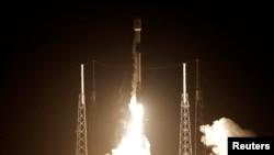 Roket SpaceX Falcon 9 yang membawa pesawat ruang angkasa pertama Israel yang dirancang untuk mendarat di bulan, lepas landas dari Stasiun Angkatan Udara Cape Canaveral di Florida, AS, 21 Februari 2019.