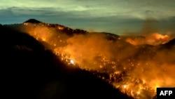 加州洛杉磯縣的一處山林大火。(2020年9月17號)