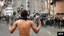 Un manifestante reta a las autoridades en una calle de Táchira.