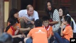 Pangeran Wiliam dari Inggris hari Rabu (16/11) berkunjung ke sebuah sekolah dan berbicara dengan para siswa di Hanoi, Vietnam.