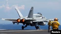 Máy bay chiến đấu F/A 18 của Hải quân Mỹ cất cánh từ tàu sân bay USS Nimitz ở Biển Đông.