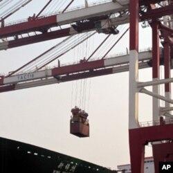 中国天津港繁忙的国际集装箱码头