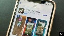 Biểu tượng của TikTok và WeChat trên một điện thoại di động.