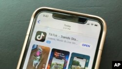 Logo TikTok tampak di layar sebuah ponsel, 18 September 2020.