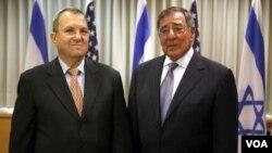 ລັດຖະມົນຕີການຕ່າງປະເທດ ສະຫະລັດ ອາເມຣິກາ Leon Panetta (ຂວາມື) ແລະຄູ່ຕໍາແໜ່ງ ລັດຖະມົນຕີ ປ້ອງກັນປະເທດອິສຣະແອນ ທ່ານ Ehud Barak (ຊ້າຍມື) ພົບປະກັນທີ່ ກຸງ Tel Aviv ໃນວັນພຸດ ທີ່ 1 ເດືອນສິງຫາ..