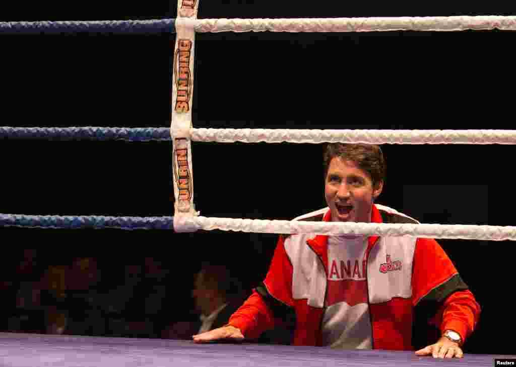នាយករដ្ឋមន្រ្តីកាណាដាលោក Justin Trudeau ស្រែកហ៊ោក្នុងការប្រកួតប្រដាល់សប្បុរសធម៌មួយនៅក្រុង Montreal ទីក្រុង Quebecកាលពីថ្ងៃទី២៣ សីហា ២០១៧។