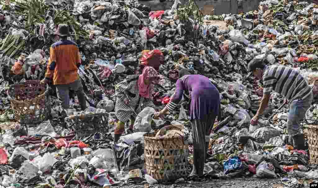 Endonezya Jakarta'da çöpten geri dönüşüm toplayan insanlar