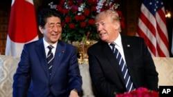 Japanski premijer Šinzo Abe i predsednik Tramp na sastanku u Trampovom privatnom klubu Mar-a-Lago