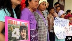 Các nhà hoạt động sắc tộc Karen ở phía bắc của tỉnh Chiang Mai, Thái Lan, cầm bức ảnh ông Porlajee Rakchongcharoen trong cuộc biểu tình bên ngoài văn phòng chính phủ, yêu cầu chính quyền đẩy nhanh cuộc điều tra về việc ông bị mất tích