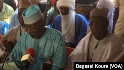 Juru bicara koalisi oposisi Niger, Amadou Djibo (kiri) memberikan keterangan kepada media (foto: dok).
