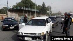 نیروهای امنیتی افغان هنگام بازرسی وسایط