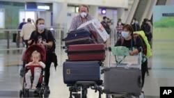 2020年3月23日香港机场戴着口罩的乘客