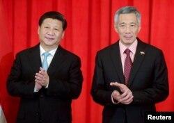 中国主席习近平和新加坡总理李显龙在两国谅解备忘录签字仪式上鼓掌(2015年11月7日)