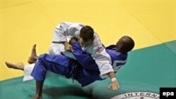 Le Grec Viktor Karampourniotis combattant le Nigérien Ahmed Goumar dans la catégorie des moins de 73 kg lors du championnat du monde de judo de 2013, à Rio de Janeiro, Brésil, le 28 août 2013. EPA/ANTONIO LACERDA