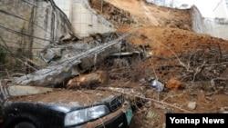 5일 옹벽이 붕괴해 차량 수십여대가 매몰된 광주 남구 봉선동의 아파트 사고 현장.
