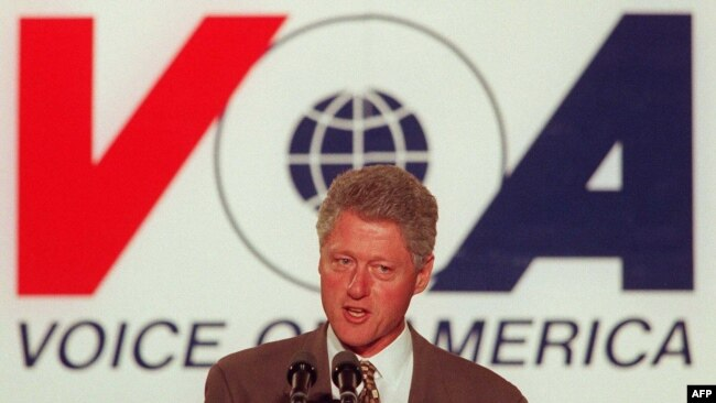 Tổng thống Bill Clinton phát biểu tại Đài Tiếng nói Hoa Kỳ, ngày 24 tháng 10 năm 1997.