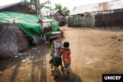 ရခိုင္ျပည္နယ္တြင္းျဖစ္ပြားခဲ့တဲ့ တိုက္ပဲြေတြေၾကာင့္ ထြက္ေျပးတိမ္းေရွာင္ခဲ့ရတဲ့ ကေလးငယ္မ်ား။ (ဓာတ္ပံု - UNICEF)