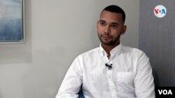 Andrés Eloy Bueno durante una entrevista con la Voz de América. Foto: Antoni Belchi / VOA.