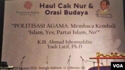 """Nurcholish Madjid Society menggelar Orasi Budaya dan diskusi membahas pemikiran Nurcholis Madjid yang terkenal dengan jargon """"Islam Yes, Partai Islam No"""" di Jakarta, Selasa 28/8. (Foto: VOA/Ahmad Bhagaskoro)"""