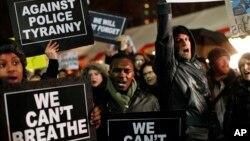 Demonstrasi menentang kekerasan polisi di Columbus Circle, New York (5/12). (AP/Jason DeCrow)