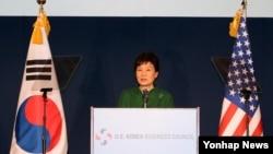 미국을 공식방문 중인 박근혜 대통령이 16일 워싱턴 미 상공회의소에서 열린 '제27차 한미 재계회의' 에서 연설하고 있다.