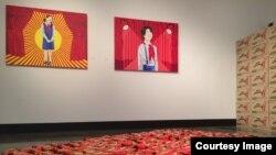 미국 워싱턴 아메리칸대학교 미술관이 에 지난 1일부터 개최한 미술전시회에 '초코파이 프로파간다'란 주제로 북한을 다룬 작품들이 걸려있다.