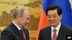 5일 베이징에서 회담 중인 블라디미르 푸틴 러시아 대통령(왼쪽)과 후진타오 중국 국가주석