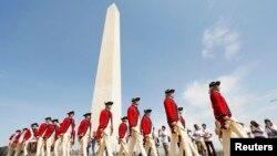 Ban quân nhạc Fife and Drum Corps biểu diễn trong buổi lễ mở cửa lại Đài Tưởng niệm Washington tại thủ đô Hoa Kỳ, 12/5/14.