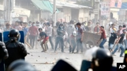 Garment workers throw objects at riot police during a strike near a factory of Canadia Center, on the Stung Meanchey complex at the outskirt of Phnom Penh, file photo.