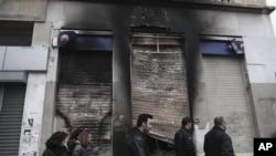 雅典暴亂過後街上被焚燒過的痕跡。