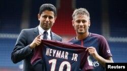 Neymar Jr et Nasser Al-Khelaifi, le président de Paris Saint-Germain, posent avec le maillot du club lors de la présentation de la star brésilienne à Paris, France, 4 août 2017.
