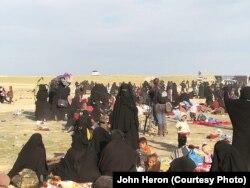 باغوز کی لڑائی کے دوران ہزاروں خاندان محفوظ مقامات کی طرف جا رہے ہیں۔ 23 مارچ 209